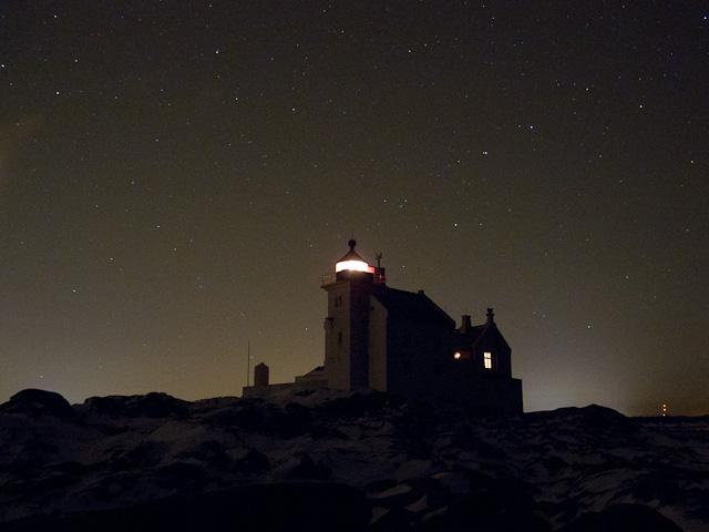 BILDE: Grønningen fyr utenfor Kristiansand. En klar desembernatt under stjernene.